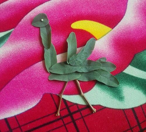 简单一点的树叶贴画作品,啄木鸟树叶贴画