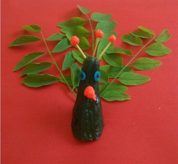 创意唯美树叶贴画作品,美丽的孔雀树叶贴画
